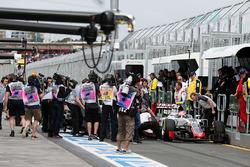 Romain Grosjean, Haas F1 Team VF-16 e Rio Haryanto, Manor Racing MRT05 incidente in pit lane nelle Libere 3
