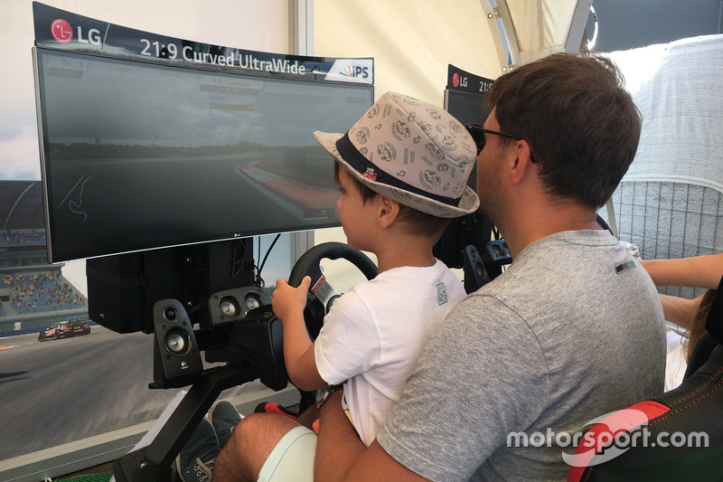 Поэтому сесть за руль симулятора могли гоночные болельщики любого возраста