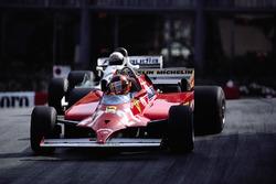 Avec 4 tours à faire, Gilles Villeneuve double la Williams d'Alan Jones et prend la tête.