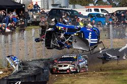 Todd Hazelwood, Brad Jones Racing Holden, Jonothan Webb, Tekno Autosports Holden crash