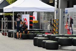 Pirelli neumáticos y mecánicos de la Scuderia Toro Rosso