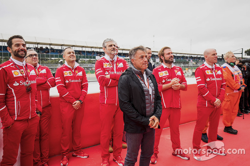 Jean Alesi, Maurizio Arrivabene Ferrari, Jock Clear, otros ingenieros de Ferrari en el podio