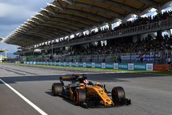 Nico Hulkenberg, Renault Sport F1 Team RS17 takes the chequered flag at the end of Qualifying