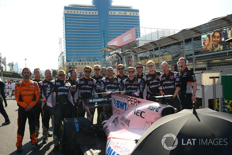 Foto de equipo de mecánicos de Sahara Force India