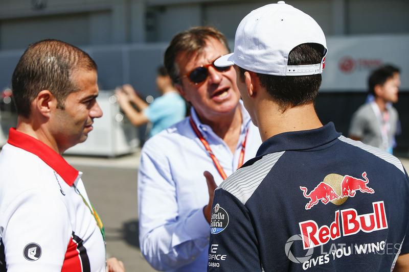 Pierre Gasly, Scuderia Toro Rosso, con Carlos Sainz