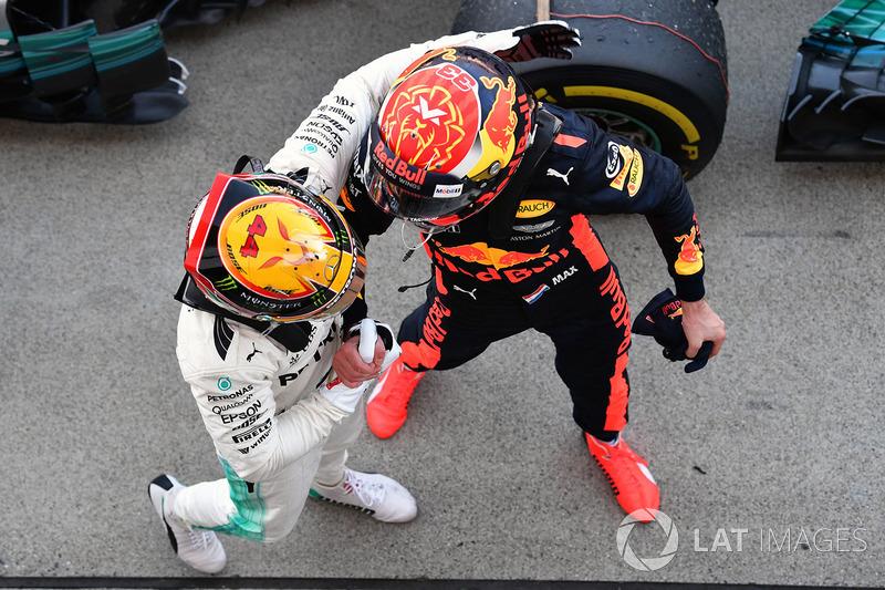 Vencedor Lewis Hamilton, Mercedes AMG F1 comemora com Max Verstappen, Red Bull Racing