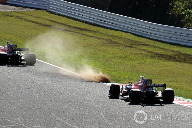 Fernando Alonso, McLaren MCL32 e Stoffel Vandoorne, McLaren MCL32, largo sull'erba