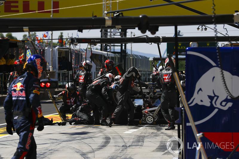 Romain Grosjean, Haas F1 Team VF-17 en pits