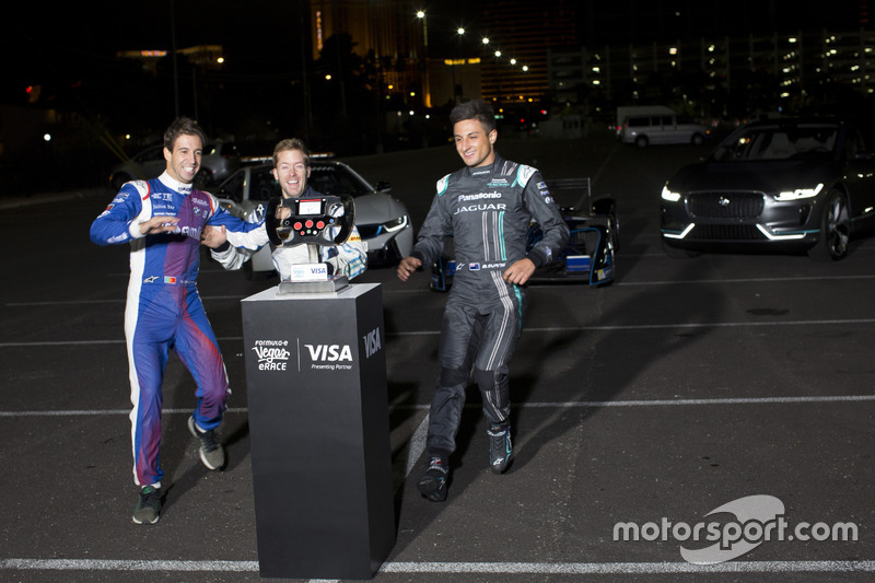 Antonio Felix da Costa, Amlin Andretti Formula E Team, con Sam Bird, DS Virgin Racing y Mitch Evans, Jaguar Racing, corre hacia el trofeo Las Vegas eRace