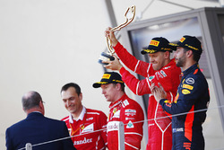Ganador de la carrera Sebastian Vettel, Ferrari, segundo lugar Kimi Raikkonen, Ferrari, tercer lugar Daniel Ricciardo, Red Bull Racing