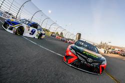 Martin Truex Jr., Furniture Row Racing, Toyota Camry Bass Pro Shops/5-hour ENERGY y Chase Elliott, Hendrick Motorsports, Chevrolet Camaro NAPA Auto Parts lidera al grupo en la bandera verde