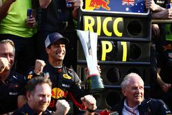 Il vincitore della gara Daniel Ricciardo, Red Bull Racing, Jonathan Wheatley, Team Manager, Red Bull Racing, Christian Horner, Team Principal, Red Bull Racing, Helmut Markko, Consulente, Red Bull Racing, Max Verstappen, Red Bull Racing,e il team Red Bull,