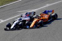 Lance Stroll, Williams FW41 and Stoffel Vandoorne, McLaren MCL33 battle