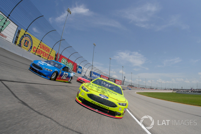 Paul Menard, Wood Brothers Racing, Ford Fusion Menards / Sylvania e Ryan Blaney, Team Penske, Ford Fusion PPG pace laps