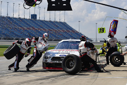 Paul Menard, Team Penske, Ford Mustang Discount Tire makes a pit stop