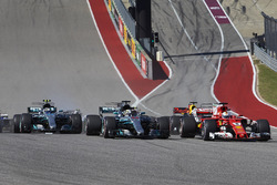 Sebastian Vettel, Ferrari SF70H, Lewis Hamilton, Mercedes AMG F1 W08, Valtteri Bottas, Mercedes AMG F1 W08, Daniel Ricciardo, Red Bull Racing RB13, at the start