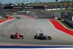 Lewis Hamilton, Mercedes-Benz F1 W08 sorpassa Sebastian Vettel, Ferrari SF70H e prende il comando