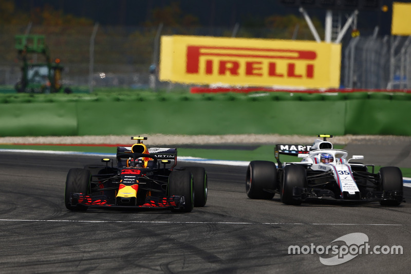 Max Verstappen, Red Bull Racing RB14, con le intermedie, supera Sergey Sirotkin, Williams FW41