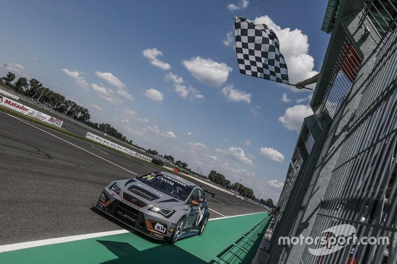 Race winner Pepe Oriola, Team Oscaro by Campos Racing Cupra TCR