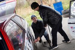 Останні приготування машини Олега Гайдамаченко його сином Дмитром і механіком