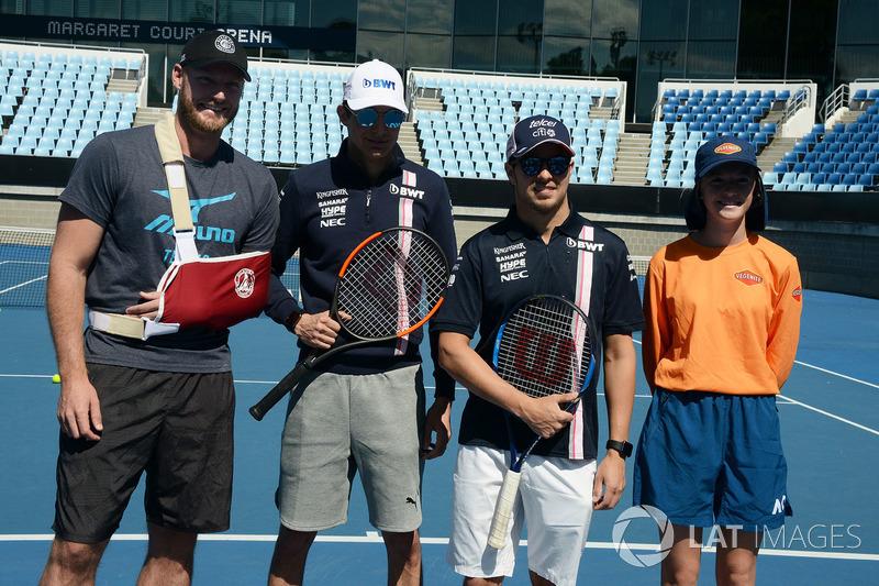 Esteban Ocon, Force India F1 y Sergio Perez, Force India con Sam Groth, tenista, en Melbourne Park