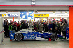 Японские болельщики и автомобиль победителя «Инди-500» Такумы Сато