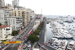 Kevin Magnussen, Haas F1 Team VF-18, et Romain Grosjean, Haas F1 Team VF-18, suivent Max Verstappen, Red Bull Racing RB14