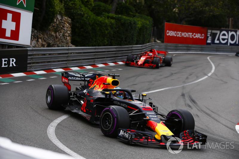 Даніель Ріккардо, Red Bull Racing RB14, попереду Себастьяна Феттеля, Ferrari SF71H
