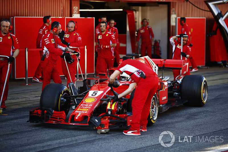 Sebastian Vettel, Ferrari, para fuera de su garaje