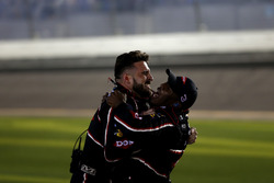 El equipo de Austin Dillon, Richard Childress Racing Chevrolet Camaro celebran