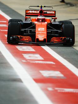 Stoffel Vandoorne, McLaren MCL32, in the pit lane