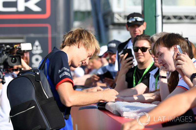 Brendon Hartley, Scuderia Toro Rosso, firma autografi ai tifosi