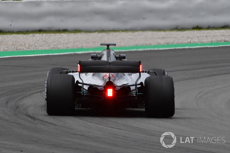 Дополнительные фонари на заднем антикрыле Mercedes AMG F1 W09