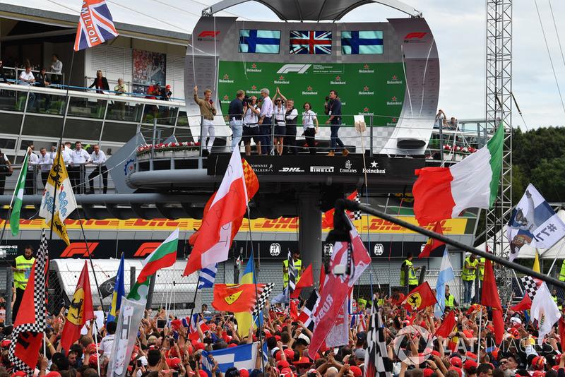 Simon Lazenby, Sky TV, Damon Hill, Sky TV y Nico Rosberg, embajador de Mercedes-Benz en el podio