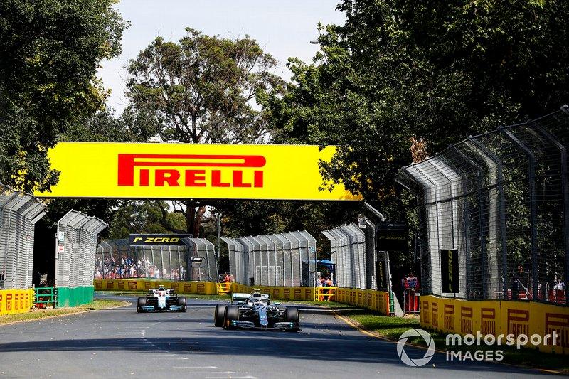 Valtteri Bottas, Mercedes AMG W10, precede Robert Kubica, Williams FW42