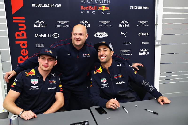 Daniel Ricciardo, Red Bull Racing e Max Verstappen, Red Bull Racing, posano per una foto con un membro del team Red Bull Racing
