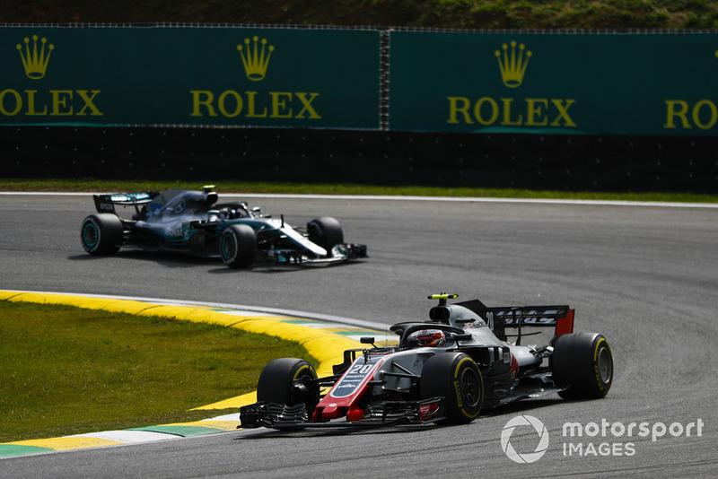 Кевін Магнуссен, Haas F1 Team VF-18, попереду Валттері Боттаса, Mercedes AMG F1 W09 EQ Power+