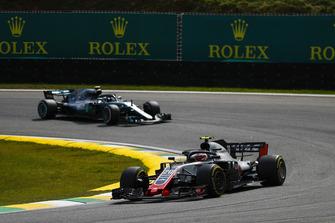 Kevin Magnussen, Haas F1 Team VF-18, leads Valtteri Bottas, Mercedes AMG F1 W09 EQ Power+
