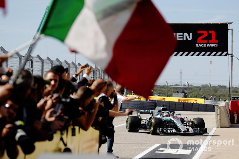 Lewis Hamilton, Mercedes AMG F1 W09 EQ Power +, regresa a Parc Ferme mientras el equipo Ferrari celebra con una bandera italiana