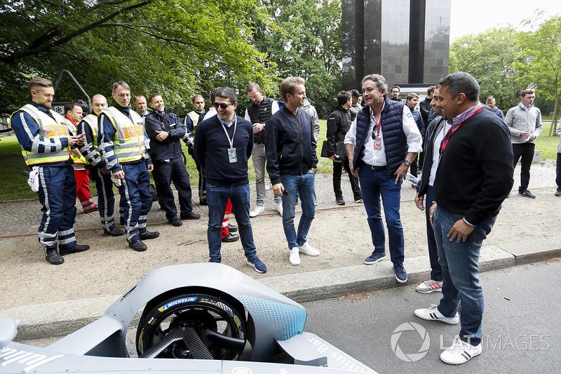Persiapan sebelum uji coba mobil generasi kedua Formula E
