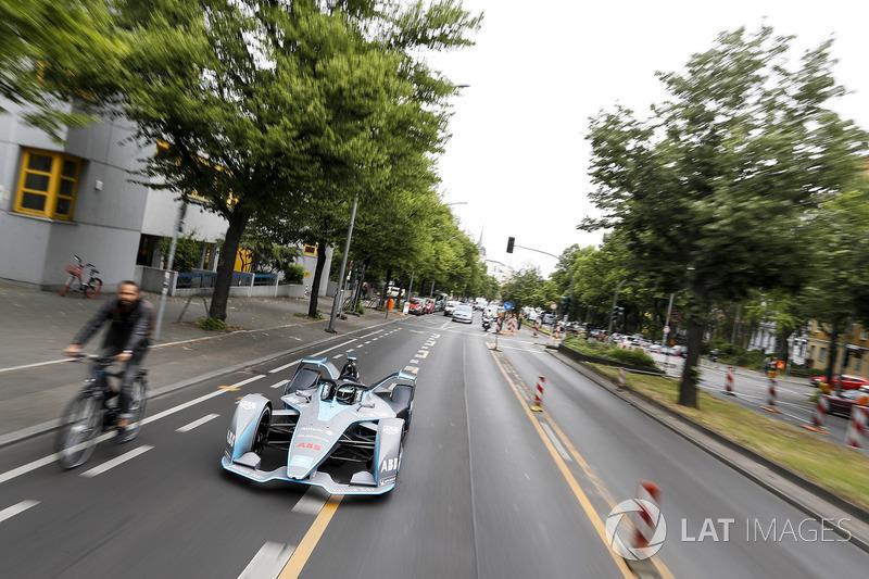Kampiun Formula 1 , Nico Rosberg, mengemudikan mobil Formula E Gen2 di jalanan Berlin
