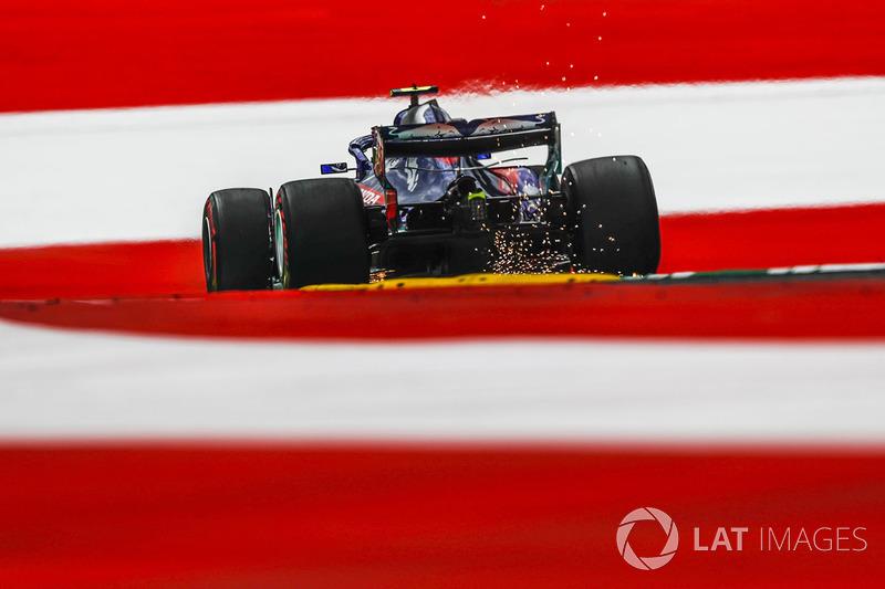 Pierre Gasly, Scuderia Toro Rosso STR13, solleva scintille