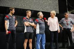 Romain Grosjean, Haas F1 Team, Kevin Magnussen, Haas F1 Team, Gene Haas, Proprietario del Team, Haas F1 Team, Guenther Steiner, Team Principal, Haas F1 Team, sul palco