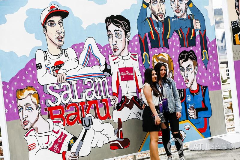 Гран Прі Азербайджану: уболівальники біля малюнка