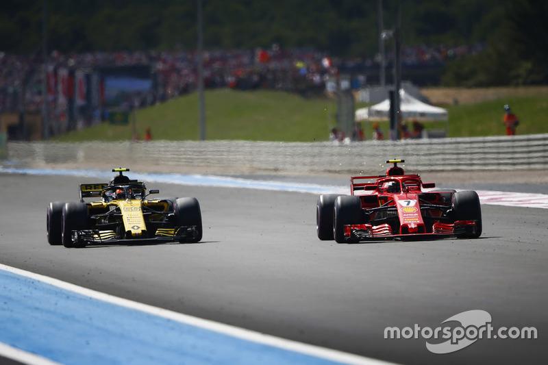 Kimi Raikkonen, Ferrari SF71H, passe Carlos Sainz Jr., Renault Sport F1 Team R.S. 18