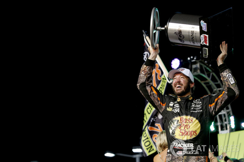 Na Cup, Martin Truex Jr. segurou a pressão de Kyle Busch para vencer a prova e o título pela primeira vez.