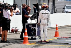 Lewis Hamilton, Mercedes-AMG F1 revient en marchant après s'être arrêté en piste