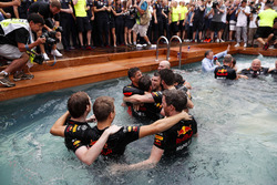 Daniel Ricciardo, Red Bull Racing, festeggia la vittoria nella piscina della Red Bull Energy Station con i membri del team, il designer Rob Marshall, Chief Engineering Officer, Red Bull Racing