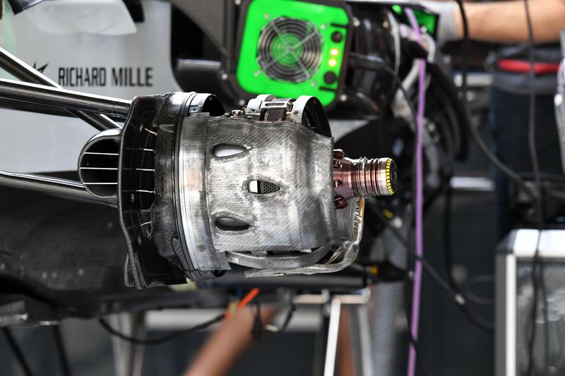 Haas F1 Team VF-18, első kerékagy