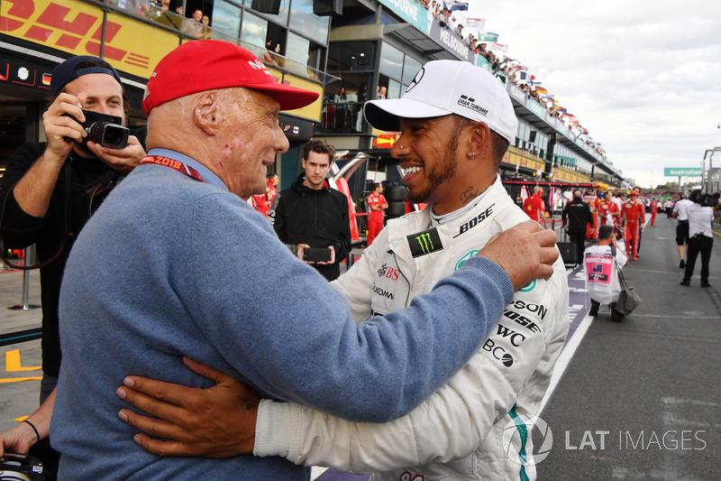 Ganador de la pole Lewis Hamilton, Mercedes-AMG F1 celebra en el parque cerrado con Niki Lauda, pres